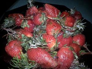 Gegrillte frische Erdbeeren mit Rosmarin
