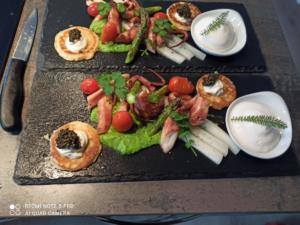 Vorspeise Pulpo auf Erbsenpüree Kaviar & Blinis Tomatenespuma
