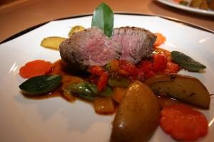 Rinderfilet in Portweinjus, auf buntem Gemüse & Ofenkartoffel